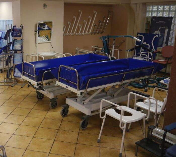 Wózkowanny do transportu i kąpieli pacjentów wyposażone w regulację wysokości.